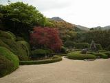 頼久寺(らいきゅうじ)庭園 鶴島(右)と亀島(中央奥)