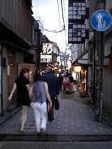 土曜日の先斗町はさすがに混んでます