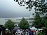 雨だが学生は元気