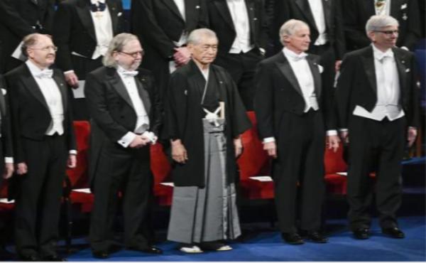 【ノーベル賞】自前の黒紋付き羽織袴で授賞式に出席の本庄佑特別教授がカッコ良すぎるwww