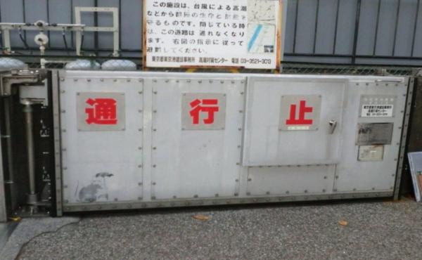 【東京】バンクシーが来日していた?!港区の防潮扉にネズミの絵が見つかるwwwww
