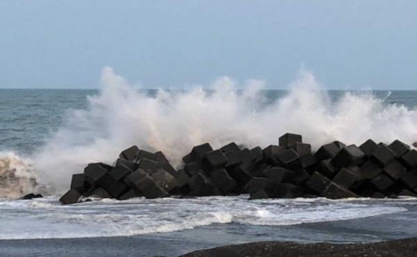 【静岡】学生4人発見できず 高波にさらわれたのか?? 静岡の海岸/浜松・天竜川河口