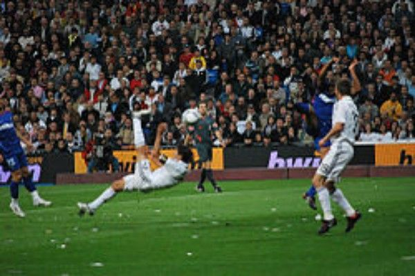 250px-Real_Madrid-Getafe_2009_-_Chilena_de_Raúl-600x399