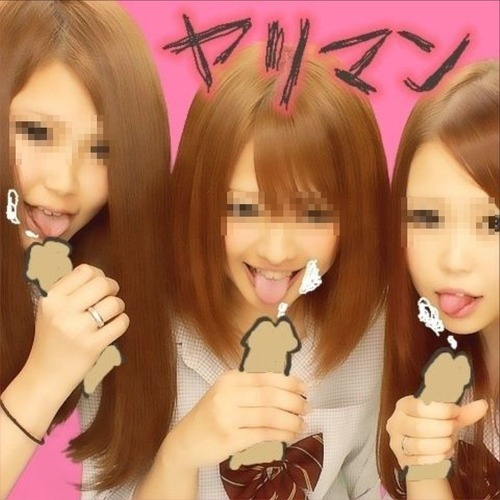 JKエロプリ   現役の制服女子3人がフェラしながらプリクラ撮ってるwww