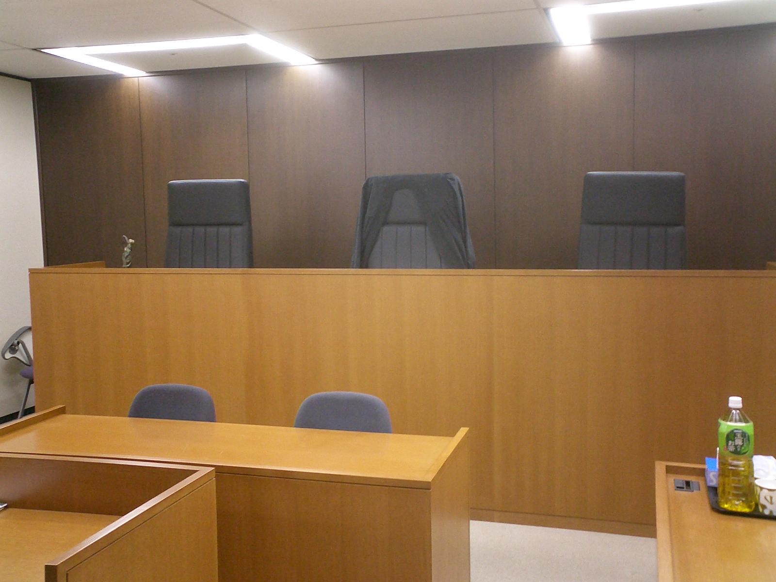 模擬法廷 ということで今日はまず写真から。 見てお分かりの通り法廷です。 裁判所... 法律屋の