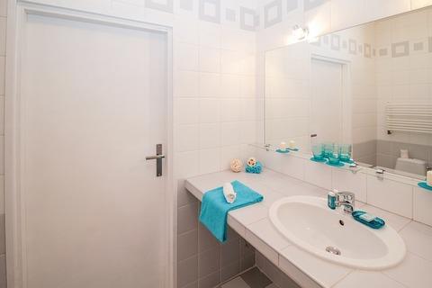 bathroom-2094714_640