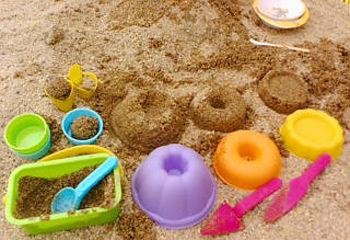 公園で子ども達とお砂場セットで遊んでいたら…見知らぬ親子が登場して娘のお砂場セットを勝手に使い帰りに盗もうとして母親だけ逃走したwwww