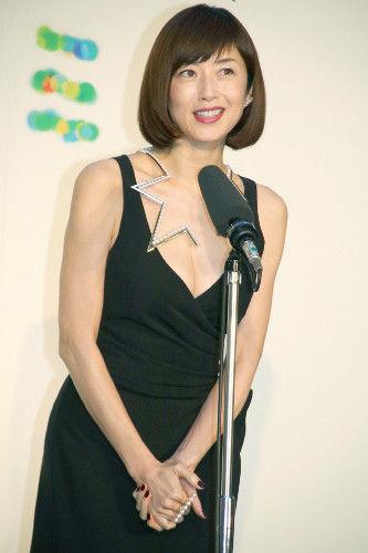 【芸能】高岡早紀、胸元が大きく開いたセクシードレスで登場…44歳の誕生日祝福される