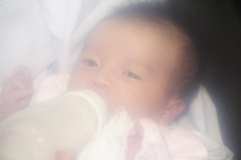 病院の新生児室、不妊で悩んだ女性がやってきて赤ちゃんを連れ去ったが...
