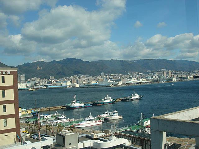 ポートターミナル 神戸港と六甲山