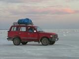 ウユニと夕日と車