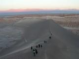 砂漠を歩く人