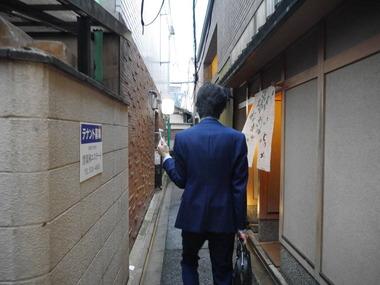 『スーツ男子』企画第1弾始動・・・顔面白塗りスーツ男。