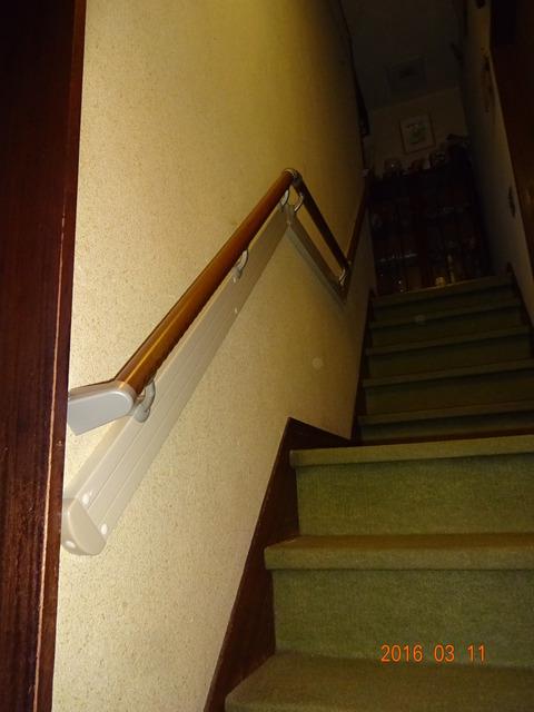 ③-1階段木製連続手すり取付