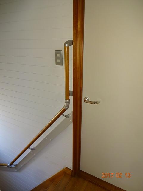 ①-6 階段木製連続手すり取付け