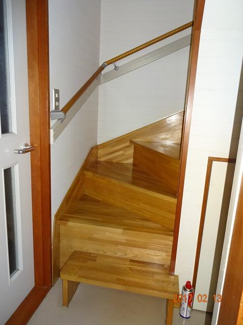 ①-1 階段木製連続手すり取付け