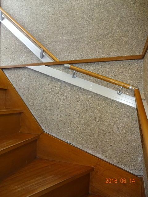 ①-4 階段木製連続手すり取付け2 (2)