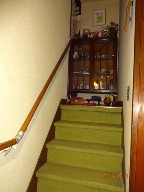 ③-2階段木製連続手すり取付 (2)