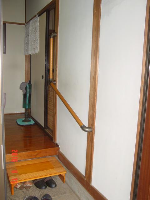 ①玄関木製L型手すり取付け