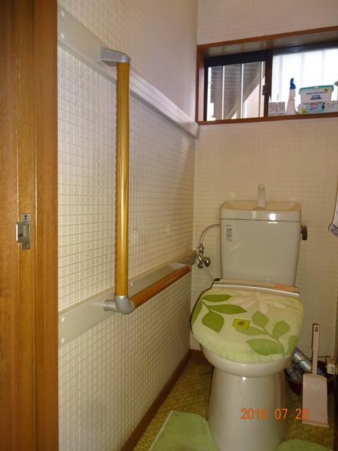 ③トイレ木製L型手すり取付け (2)