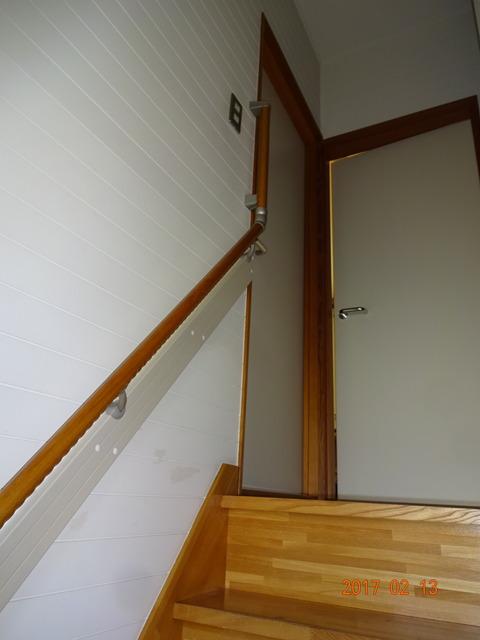 ①-5 階段木製連続手すり取付け