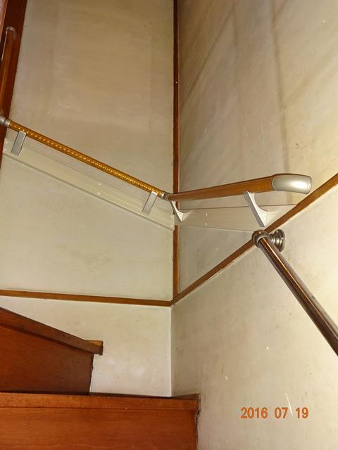⑧-1 階段木製連続手すり取付け