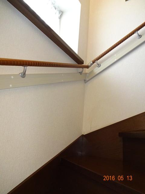 ①-3 階段木製連続手すり取付け