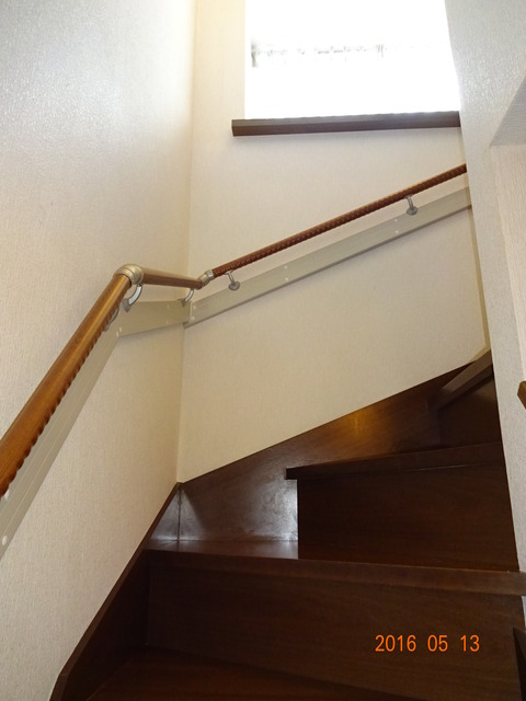 ①-2 階段木製連続手すり取付け