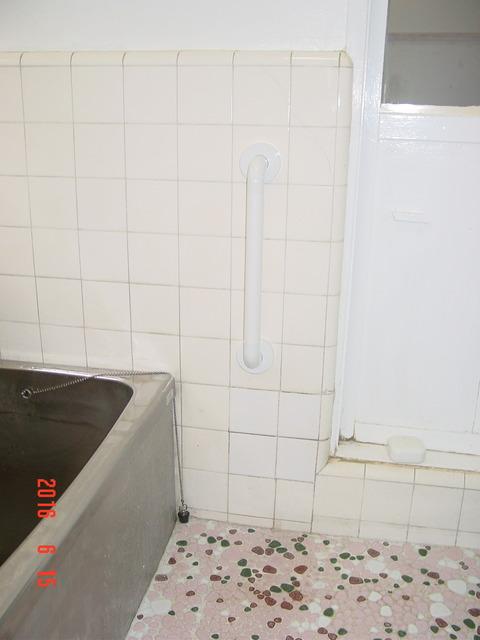 ④浴室樹脂製I型タテ手すり取付け