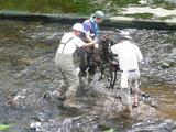 川の中での作業もあり