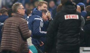【サッカー】シャルケのコーチ、スタンドから何かを投げられ負傷
