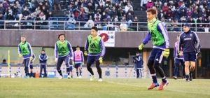 【サッカー】練習で横一直線になる左から本田、遠藤、香川、乾。右はアギーレ監督