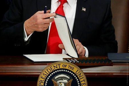rtsxcr9_donald_tramp_prezident_ssha_podpisanie_ukaza