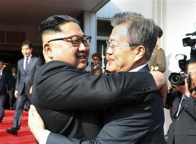 報道カメラマン「南北でいちびっとる朝鮮民族の皆サマのために、東京の韓国大使館と朝鮮総連中央本部前に、ハグする2人の銅像立てたれや」