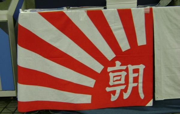 朝日記者「トランプのわきにレッドカーペットで安倍首相の屈辱的な写真を日本のテレビ新聞はなぜ報道しない?マスコミへの不信は膨らむばかり!」
