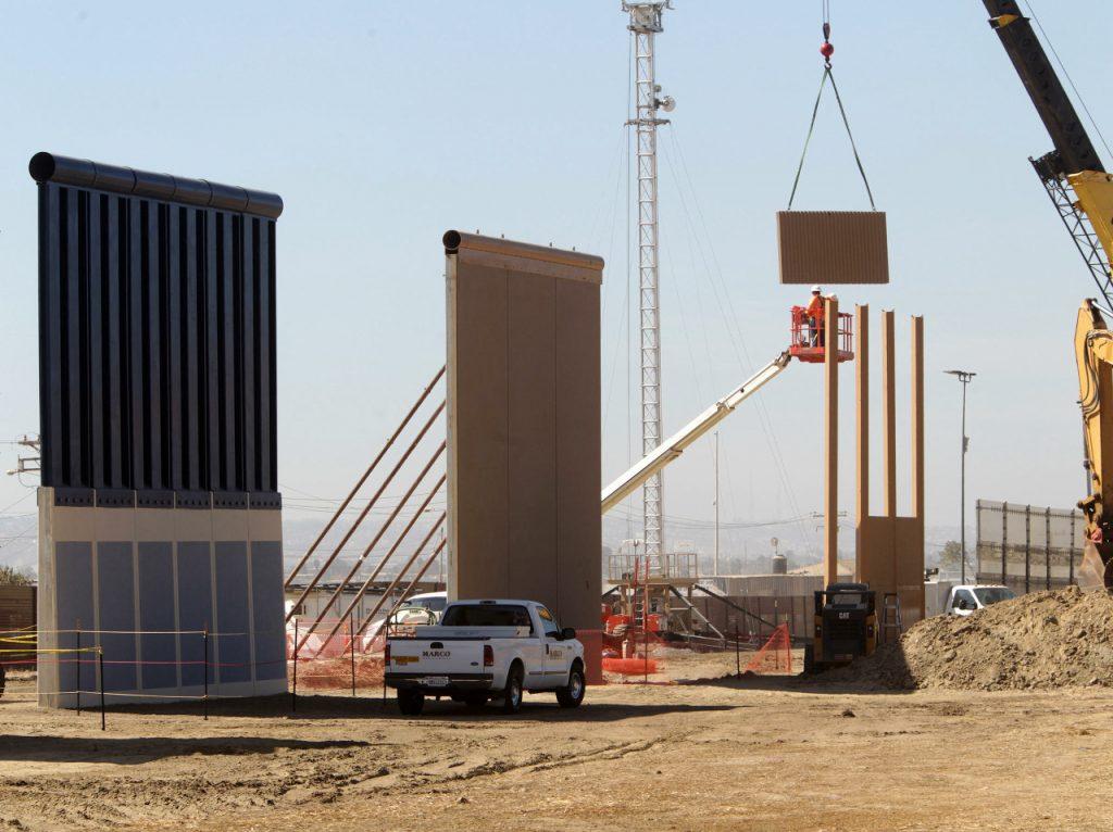 アメリカとメキシコの国境に建設予定の塀が公開されるも予想以上に高いと話題に[H29/10/22]