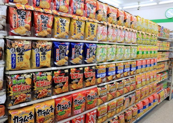 【悲報】コンビニ店長さん、商品をめちゃくちゃきれいに並べてしまう