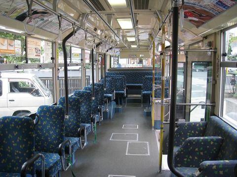バスの車内で、男の子(6才)『すーわーりーたーい!すーわーりーたーい!』と騒ぎ出した。皆が無視していると、持っていたバットでOLの額をオウ打!!