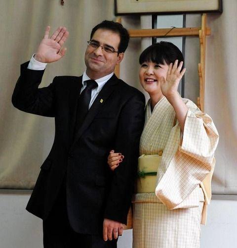 【芸能】泰葉「感無量だわ…」 イラン人のメィヒディ・カーゼンプールさんとの婚約会見を開く