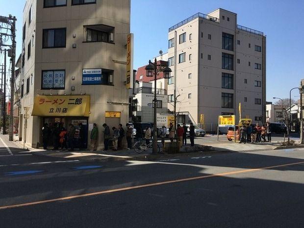 ラーメン二郎 立川店、1450日ぶりに営業再開 ファン歓喜の行列で「2時間待ち」