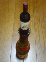 la bouche qui se forme une petite bouteille du vin