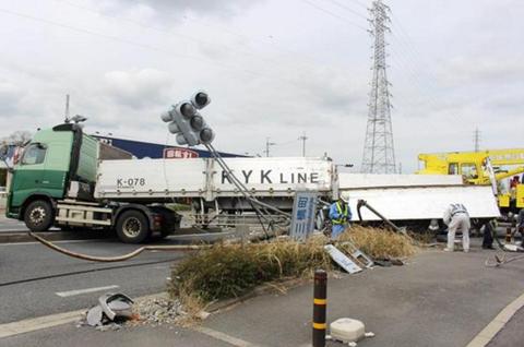 兵庫県の最新ニュース速報 : 『大和郡山市下三橋町』右折しようとした大型トレーラーが、別のトレーラーと出合い頭に衝突!!倒れた電柱が道をふさぐ事故!!