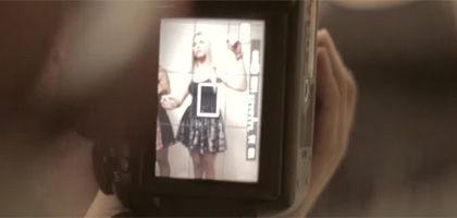 催眠状態の女性モデルを写真撮影する