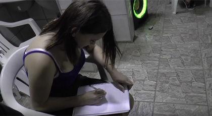 一目散にノートに文字を書き始める女性
