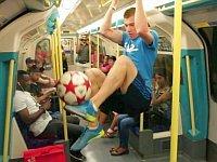 神動画フリースタイルフットボール世界チャンピオンの街中パフォーマンス