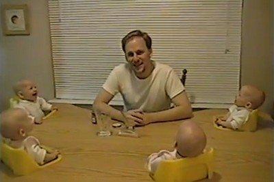 笑う四つ子の赤ちゃんが可愛すぎる(動画)