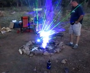 レーザー光線のキャンプファイヤーが幻想的すぎる(動画)