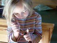 5歳の可愛らしい幼女が見事なピッキング技術を披露