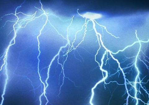 落雷って200万~10億ボルト、電流は1千~20万、時に50万アンペアという膨大なエネルギーを持ってるらしいが…