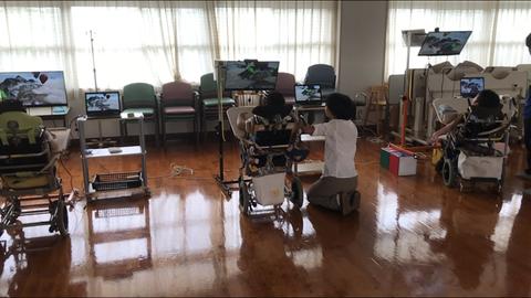 視線入力でPCアプリを操作する3人の児童